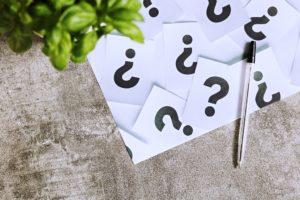 kartki zeznakiem zapytania